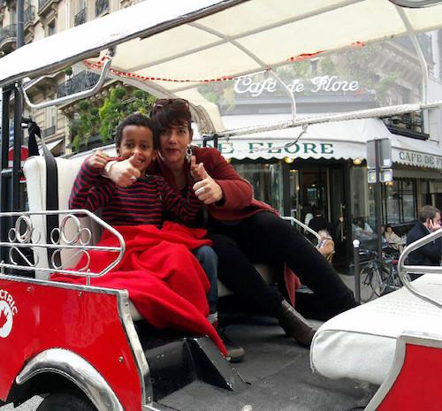 Un Tuktuk devant le Café de Flore avec une mère et son fils
